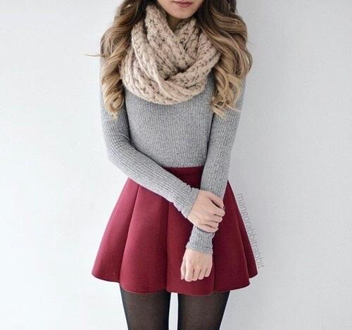 Zimowa stylizacja z bordową spódnicą