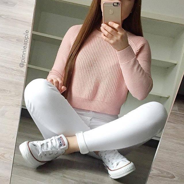 Stylizacja z różowym swetrem