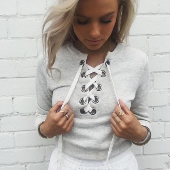 Stylizacja z wiązaną bluzą