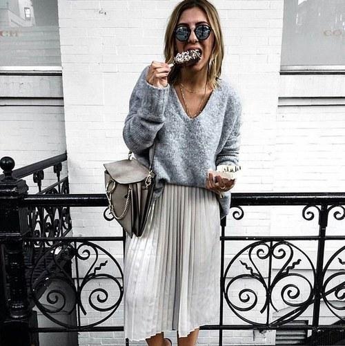 Jesienna stylizacja z plisowaną spódnicą