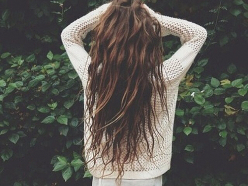 Skuteczne sposoby na elektryzujące się włosy