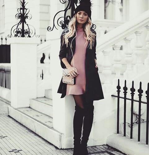 Zimowa stylizacja z różową sukienką