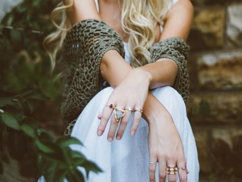 Sposoby na ciemniejącą biżuterię