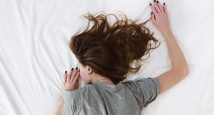 Jak dbać o włosy podczas snu?