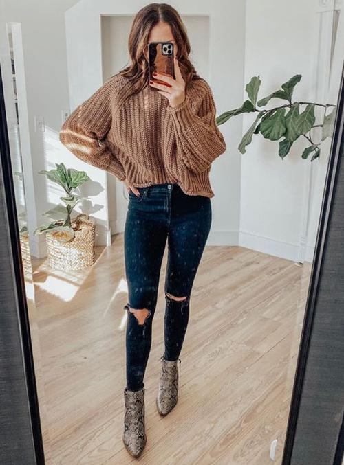 stylówki z brązowym swetrem
