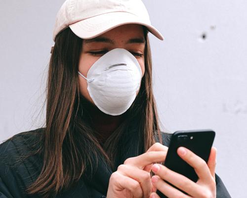 Jak dbać o swój smartfon i zachowywać go w czystości wczasach koronawirusa