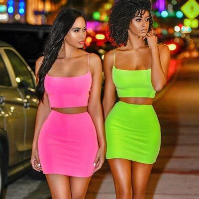 stylizacje w neonowych kolorach