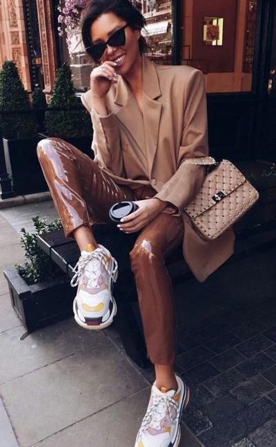 stylizacje ze sneakersami